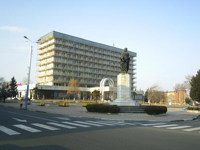 Один из памятников Низами Гянджеви - фото ru.wikipedia.org