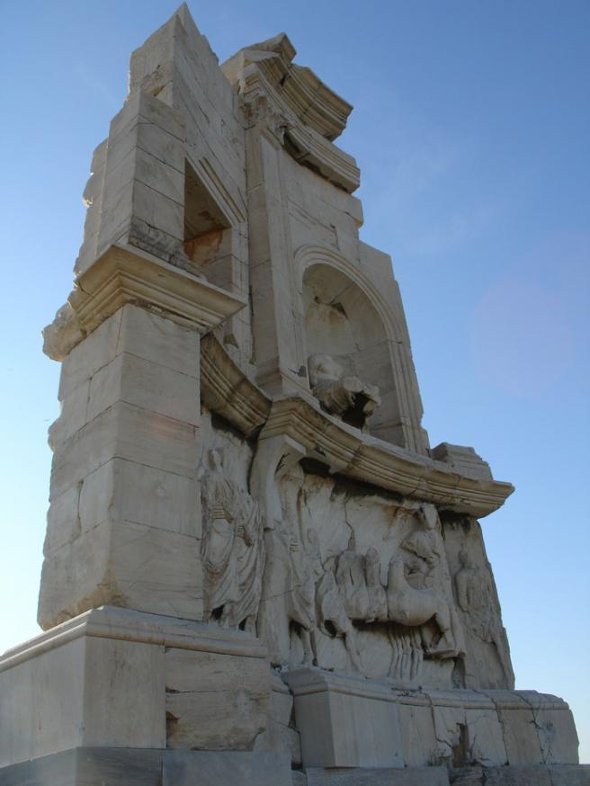 Памятник Филопаппу. Греция. Он располагается на одноименном холме недалеко от Акрополя. Герой памятника был римским консулом, сосланным в Афины. Он потратил много сил и средств на развитие города, за что его и решили увековечить.