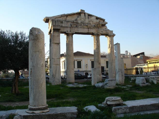 Греция. Римская Агора Это место было рыночной площадью при римлянах. В 12-2 годах до н.э. была построена большая колоннада вокруг нее, а на самой площади стали совершать торговые сделки.