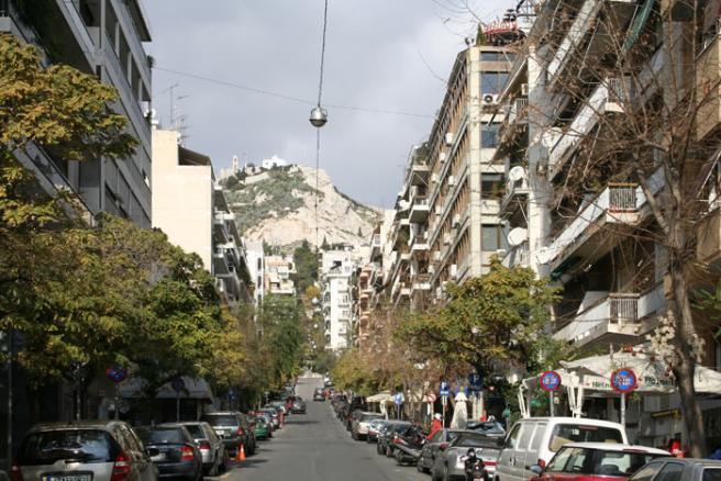 Греция. Афины. Большие улицы Афин прямые и ведут к холму Ликавитос, поэтому он виден почти с любой точки в центре города