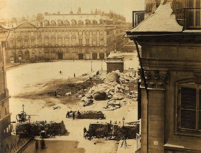 Вандомская площадь с поваленной Вандомской колонной и баррикадами, 1871 год