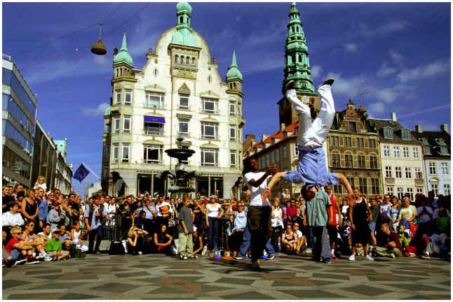 Выступление на площади одного из городов Германии