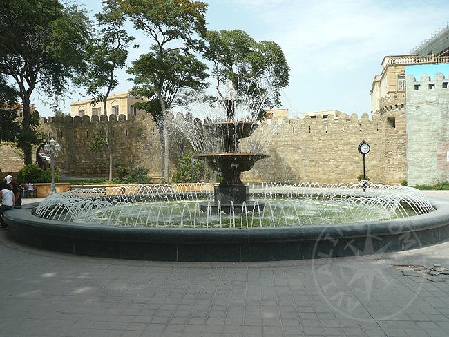 Фонтан в Старом городе Баку